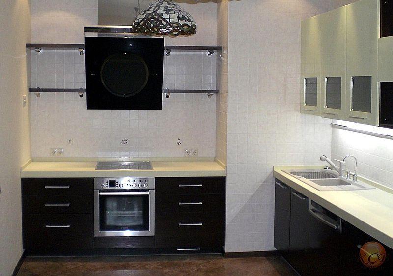 """Модель кухни стиле """"модерн"""" с комбинированными фасадами. Низ выполнен с фасадами в шпоне венге, покрытым матовым лаком с открытыми порами. Верх глянцевые фасады."""