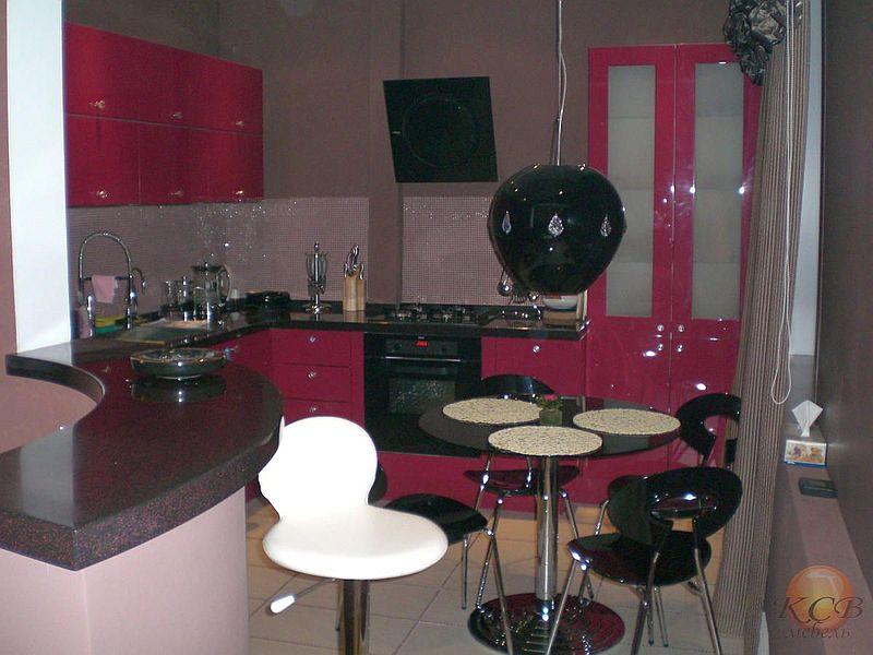 Кухня модерн.Однотонный высокоглянцевые фасады в сочетании со столешницей из искусственного камня.