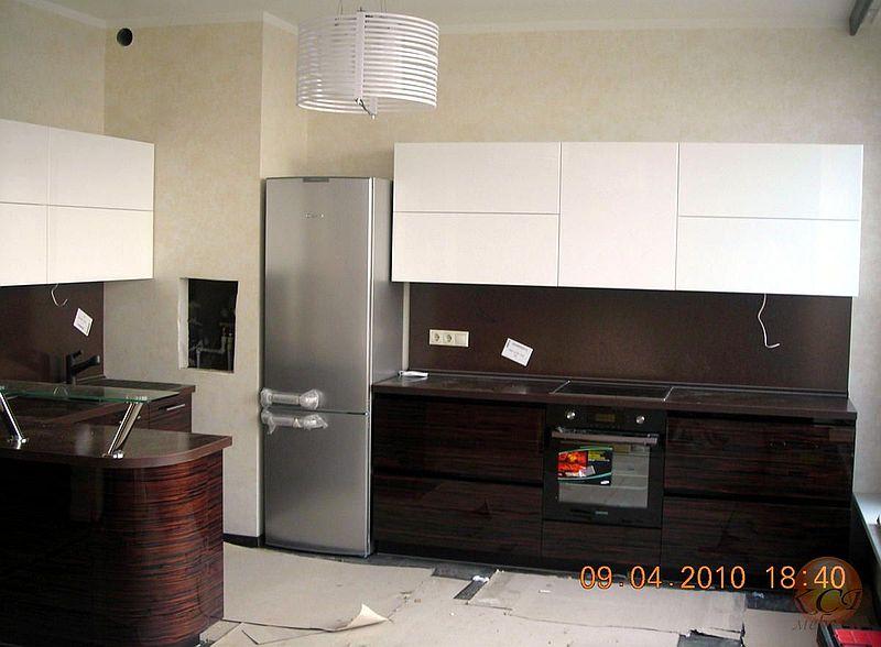 Кухня с комбинированными глянцевыми фасадами. Низ - шпон эбенового дерева, закрытые поры, высокий глянец.