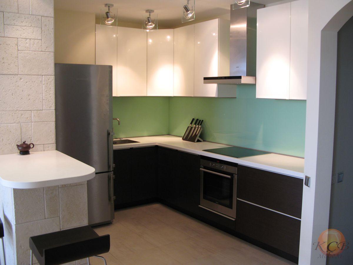 Современная кухня с комбинированными фасадами. Верхние фасады белая эмаль, высокий глянец. Нижние фасады шпон венге с полузакрытыми порами. Лак матовый. Профильные алюминивые ручки матовый хром.
