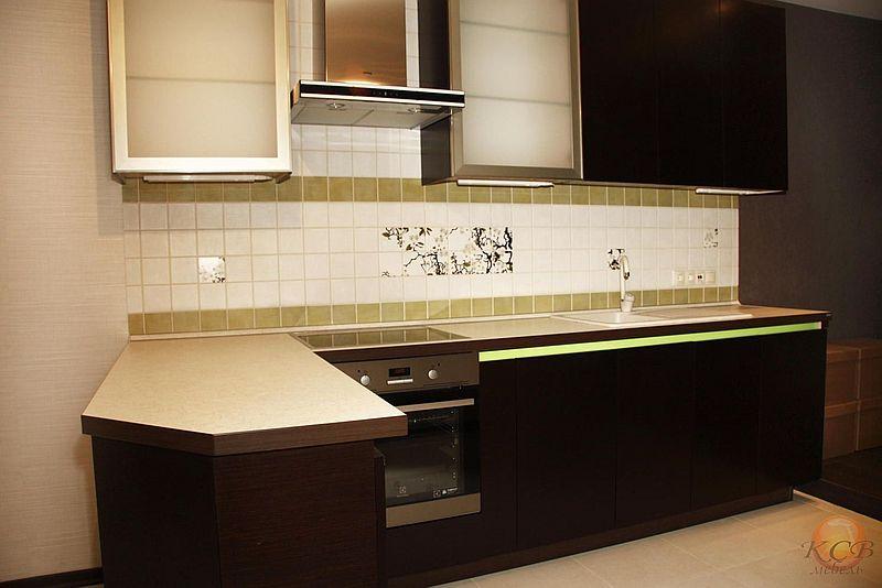 Для визуального контраста декоративная вставка по всей длине кухни покрыта нежной зеленой глянцевой эмалью. Стоимость изготовления такой кухни от 45000 руб за пог.м включая столешницу.