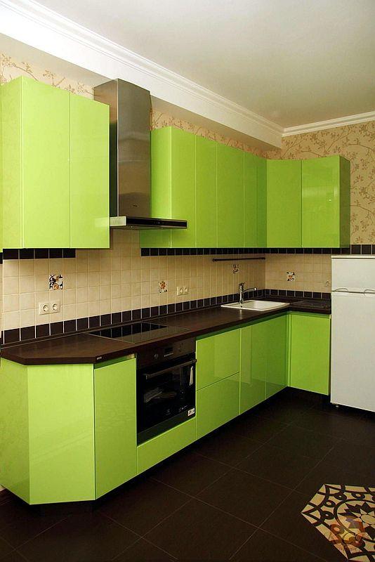Современная модель кухни без ручек. Фасады покрыты пятью слоями высокоглянцевого лака. Полировка фасадов выполнена по специальной технологии, придающая фасадам особый блеск