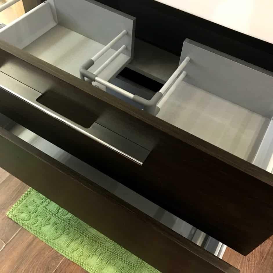 Мебель для ванной с открытыми ящиками