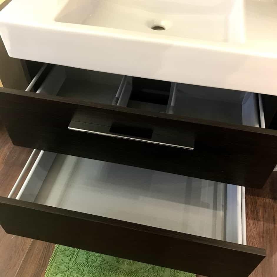 Мебель для ванной с открытыми ящиками вид спереди