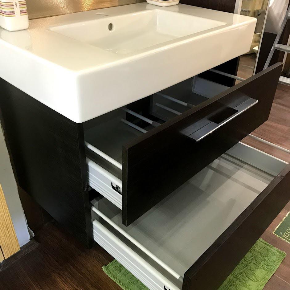 Мебель для ванной с открытыми ящиками вид сбоку