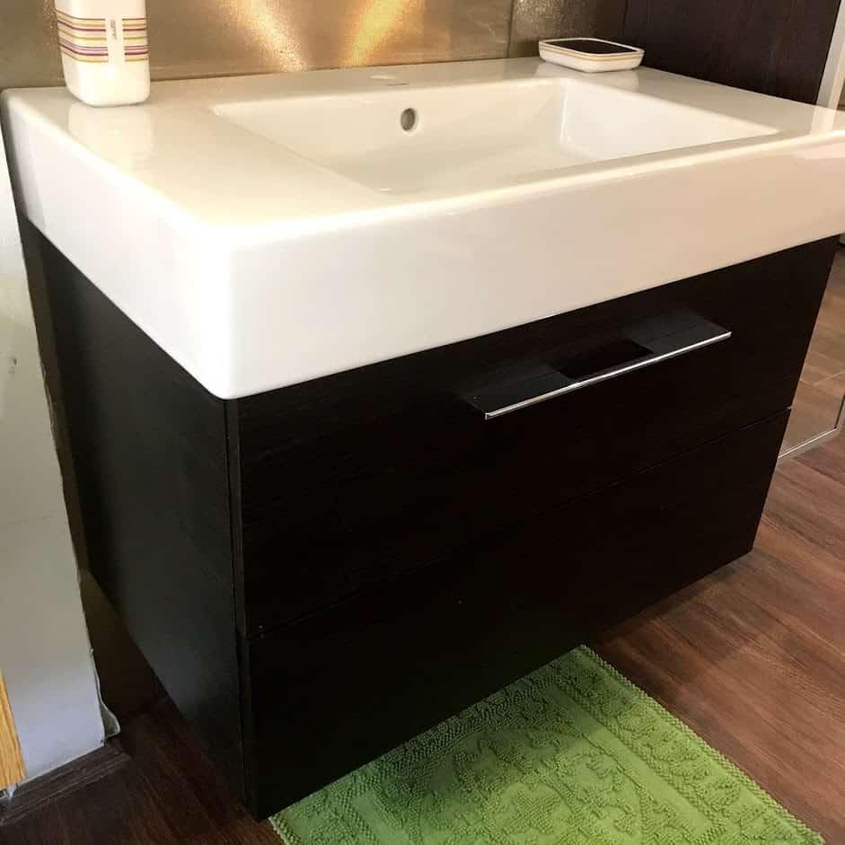 Мебель для ванной с закрытыми ящиками