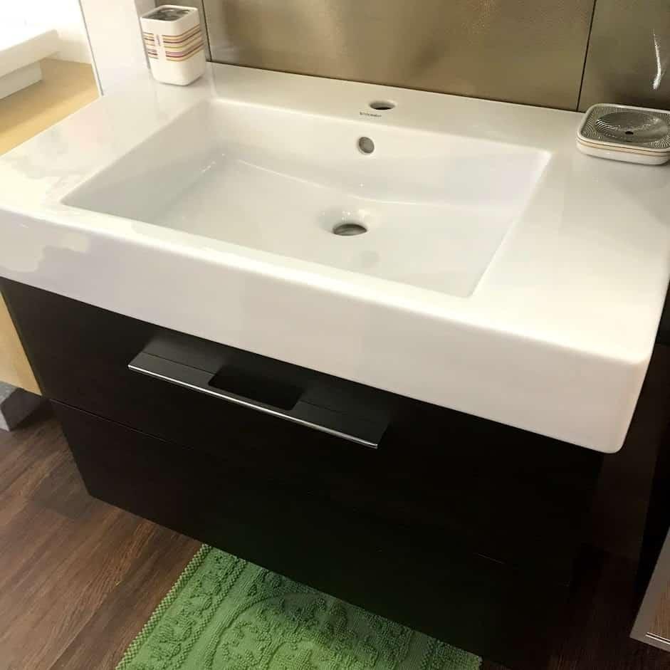 Мебель для ванной с закрытыми ящиками вид сбоку