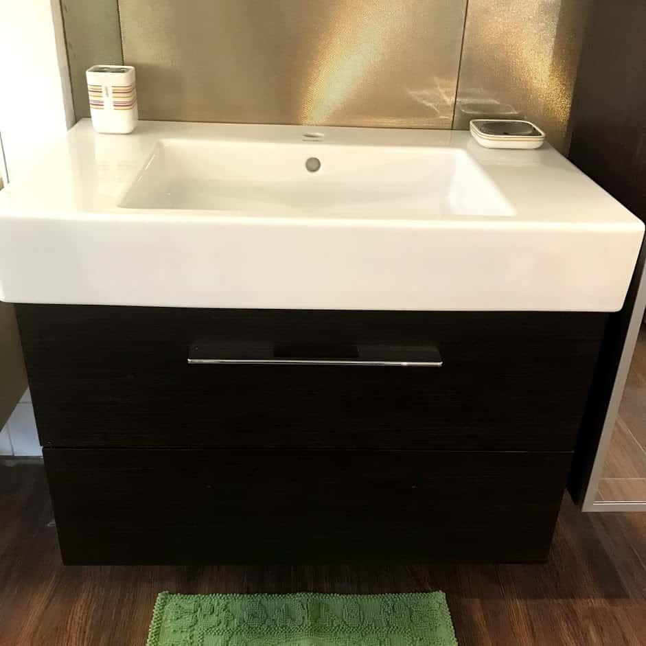 Мебель для ванной с закрытыми ящиками вид спереди