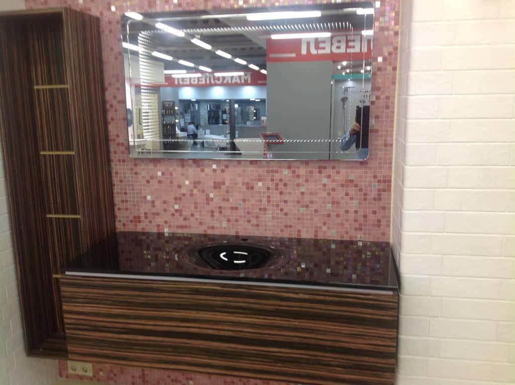 Мебельный гарнитур со стеклянной столешницей и зеркалом